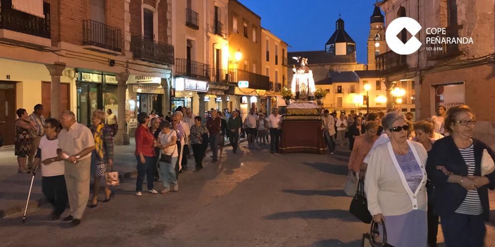 Decenas de personas participaron en la procesión de Santa Teresa por las calles de Peñaranda