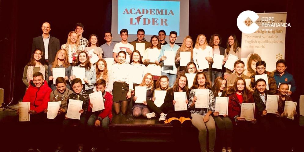 Academia Líder entregó los certificados de Cambridge a unos 40 alumnos.