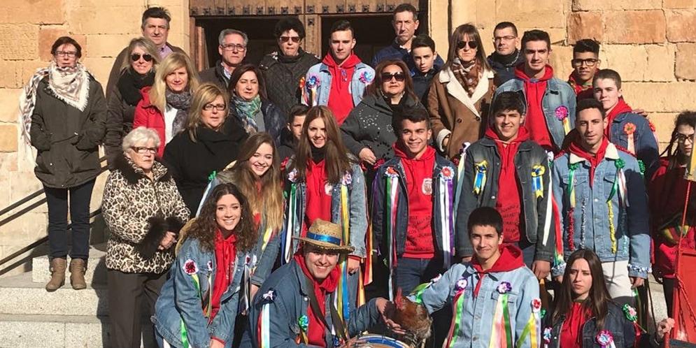 Los quintos de Villoria junto a familiares tras la Misa en la iglesia parroquial.