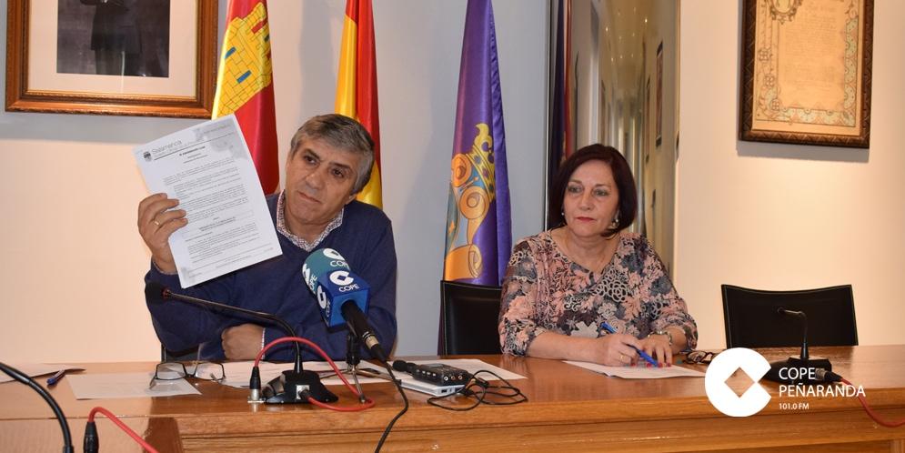 La alcaldesa de Peñaranda, Carmen Ávila, junto al concejal de Hacienda, Isidro Rodríguez.