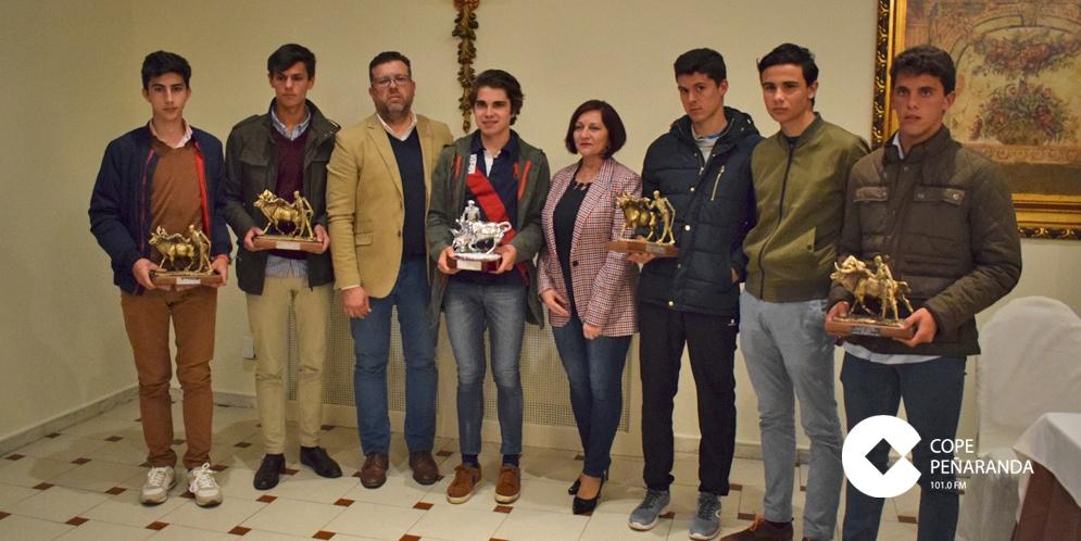 Aáron Rodríguez junto a la alcaldesa, el presidente de La Florida y el resto de finalistas.