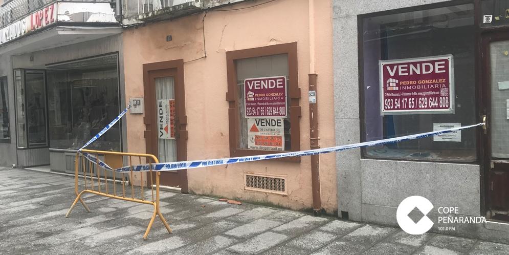 Edificio de la céntrica calle Bodegones acordonado por la Policía Local.