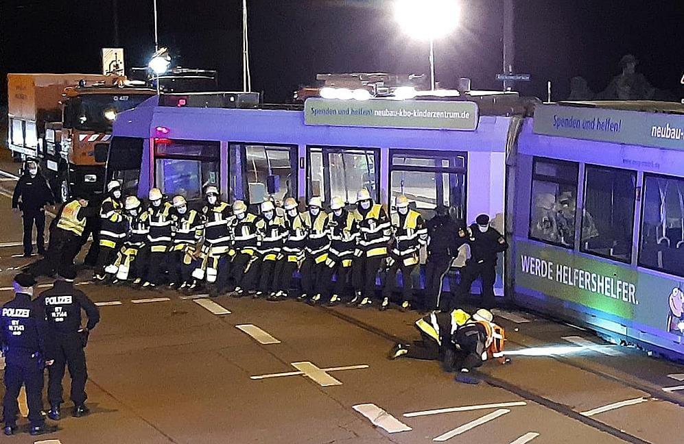 Manpower war beim Eingleisen einer Tram nach Verkehrsunfall an der Reichenbachbrücke gefragt.