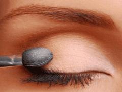 Как правильно накрасить глаза тенями?