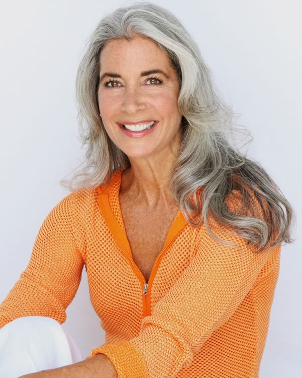 Ideas on how to style you outfits for women with gray hair | 40plusstyle.com