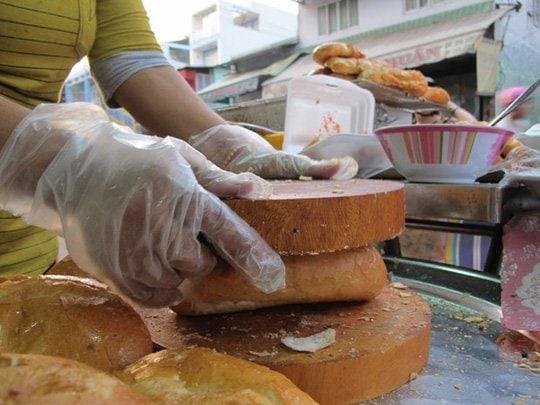 Cách làm món bánh mì nướng muối ớt ngon nhất