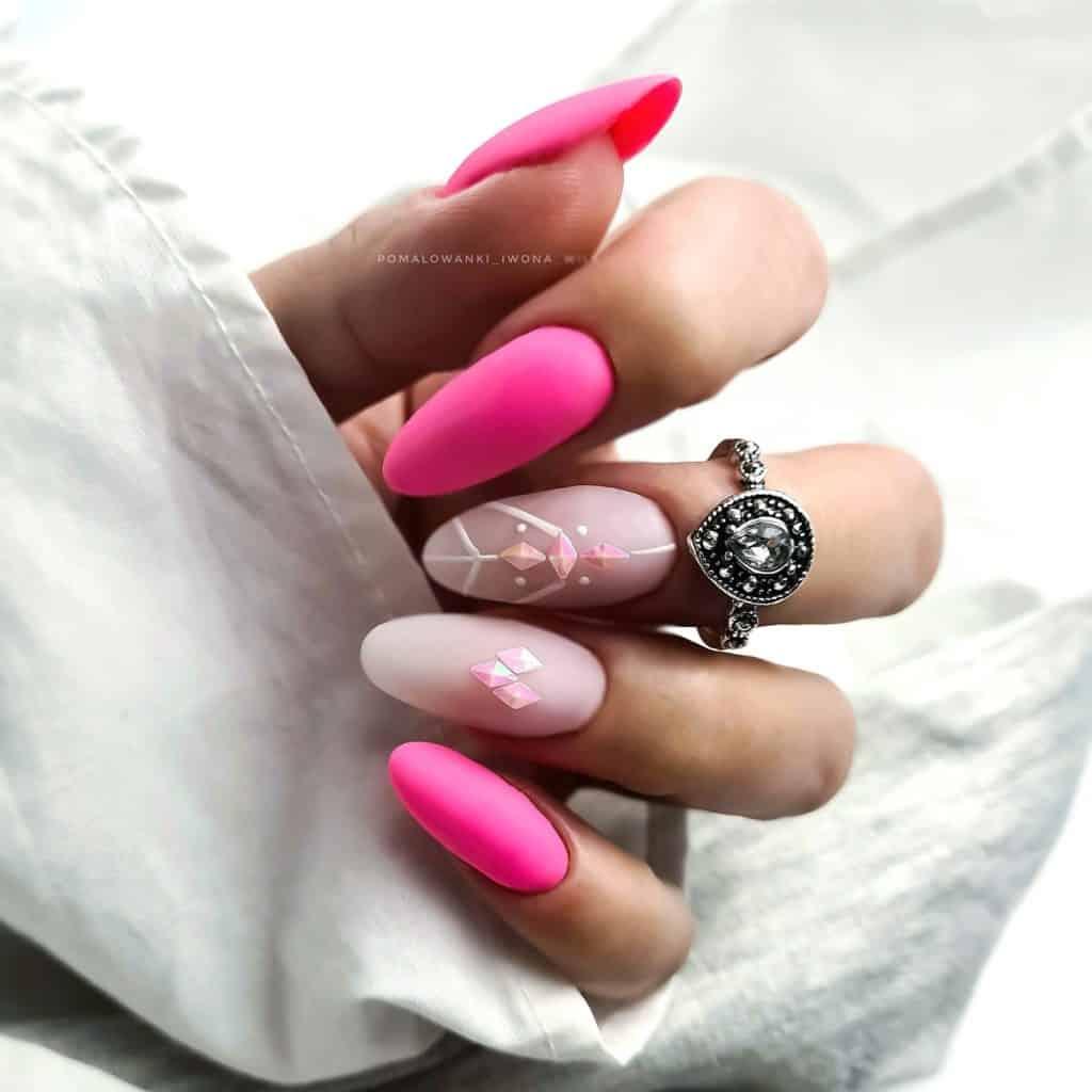 różowe zdobienia na paznokciach