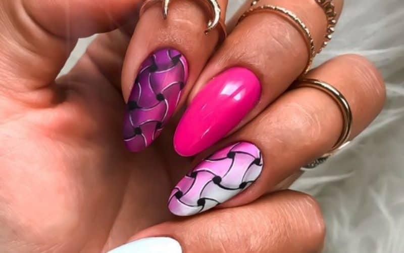 różowy_manicure_w_kratkę