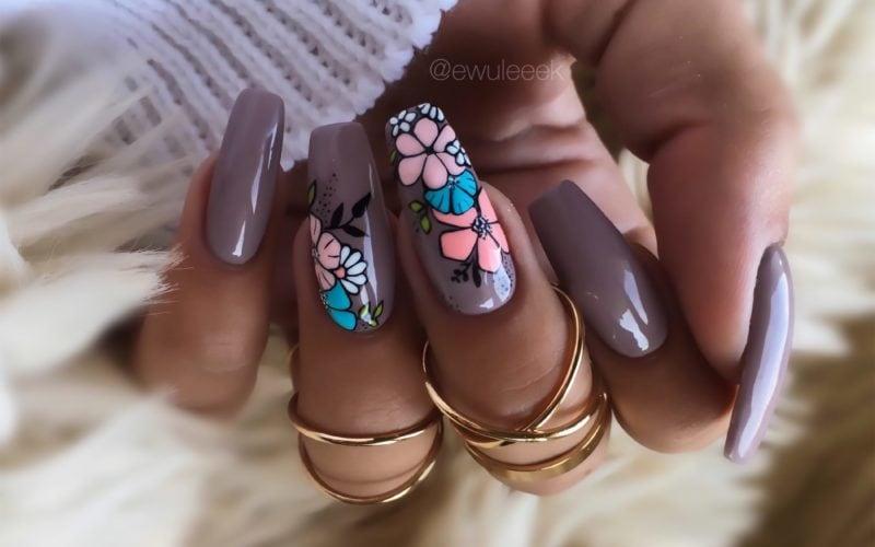 brązowe_paznokcie_w_kwiatki