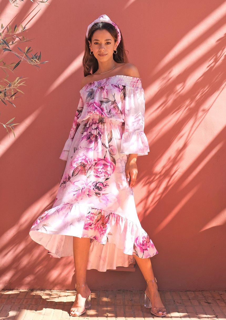 Długa sukienka na wesele? Dowiedz się, jak ją wybrać i na jakie dodatki postawić!