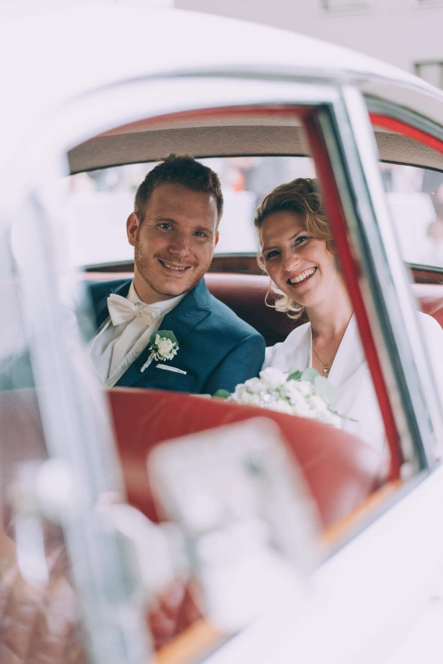 Brautpaar im Oldtimer