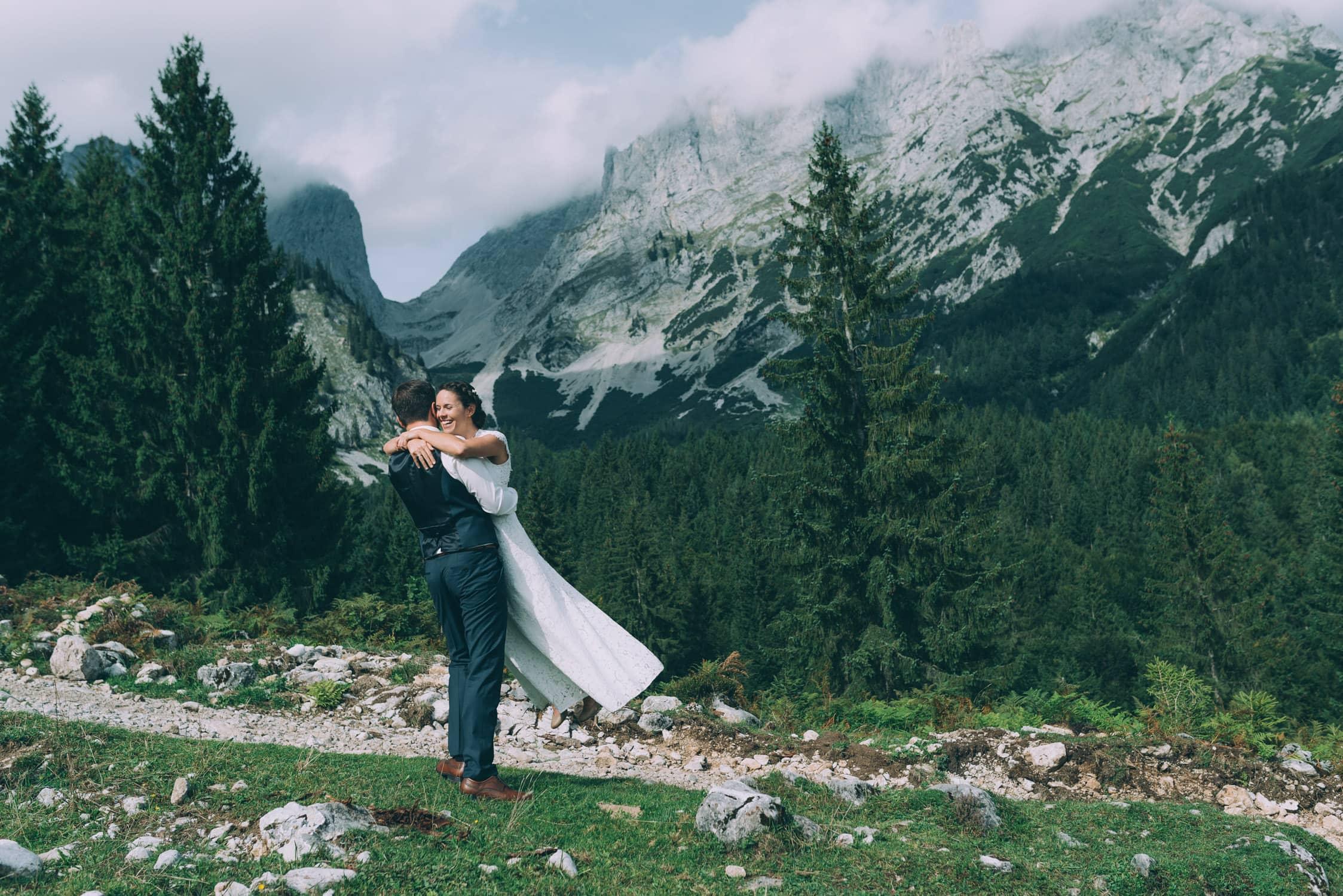 Brautpaar vor dem Wilden Kaiser in den Tiroler Bergen