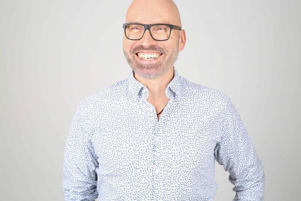 Lars Gutzeit: Zertifizierter Hypnosetherapeut NGH, zertifizierter Hypnose Master. Mitglied beim VFP, Heilpraktiker Psychotherapie HPP sowie DHI-Gründer und -Hypnose-Ausbilder – DHI Hypnoseseminare