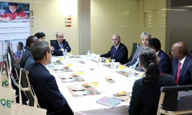 """<span class=""""entry-title-primary"""">Embaixadores lusófonos africanos expressam interesse na Ibero-américa</span> <span class=""""entry-subtitle"""">Participaram de um pequeno-almoço de trabalho na sede da OEI em Madrid</span>"""