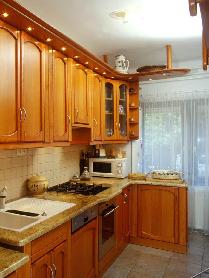 Térelválasztó konyhapult a konyhabútor lezárásaként