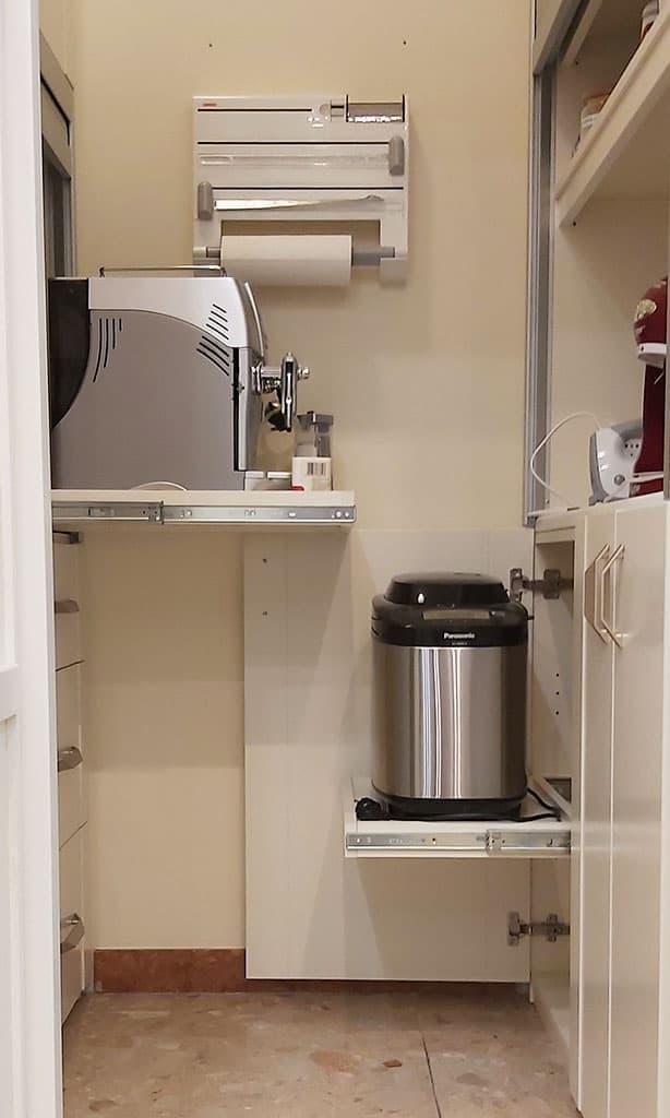 különleges kamraszekrény kihúzható polcokkal