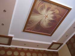 Красивая отделка потолков обоями