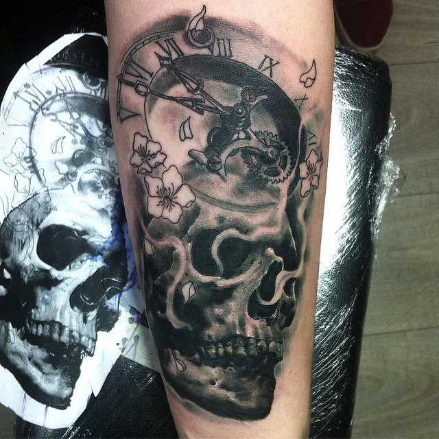череп тату и часы на руке