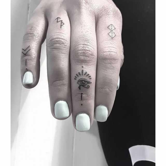 минимализм тату на пальцах