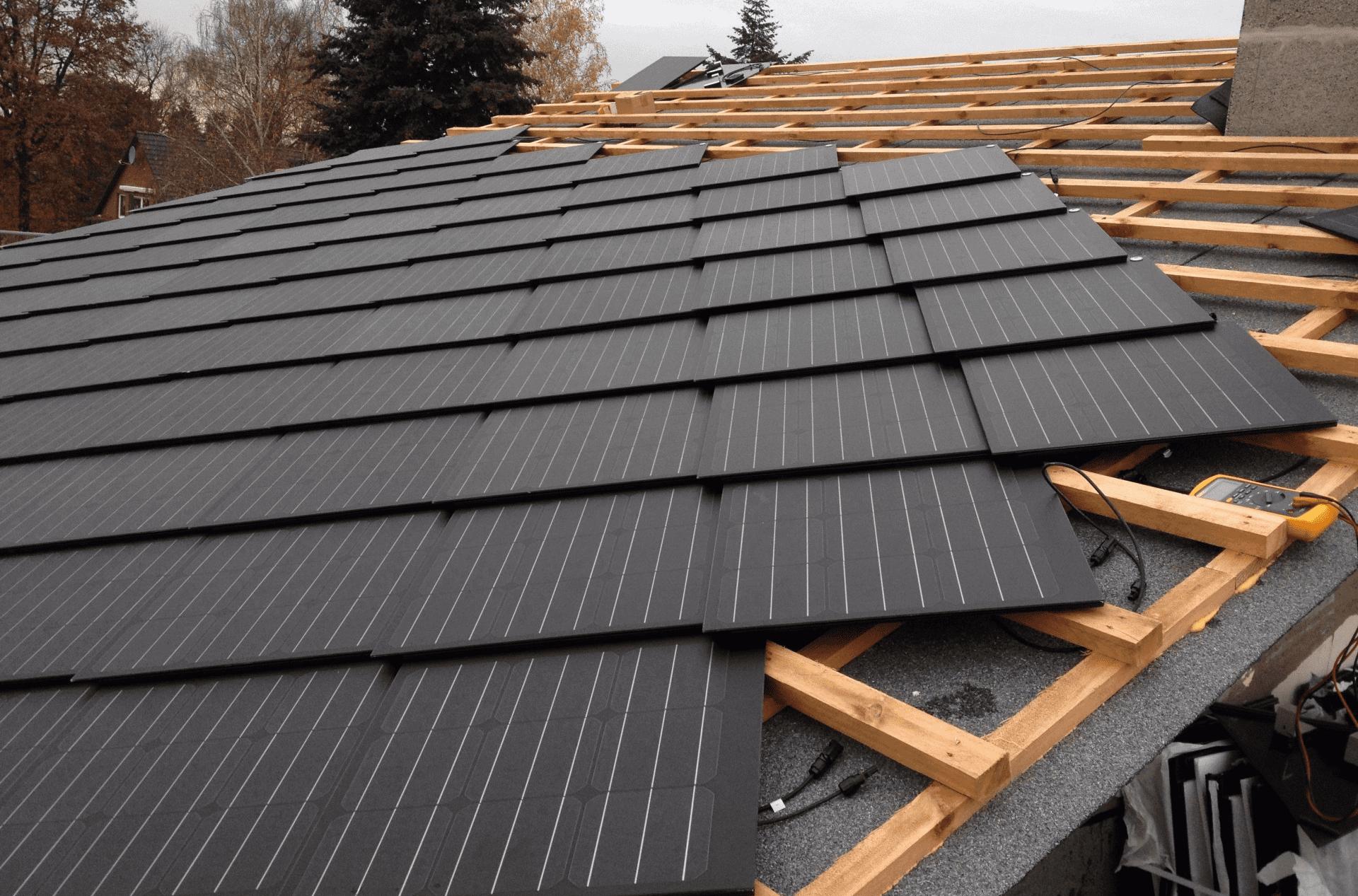 Dachówki fotowoltaiczne – pokrycia dachowe przyszłości?