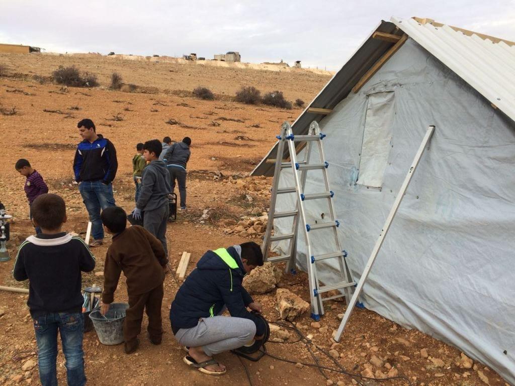 NON LOIN DE LA FRONTIÈRE SYRIENNE, les réfugiés syriens font face à un hiver glacial à ersal, au liban