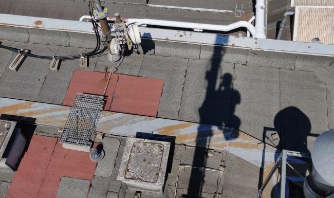 Montage von Feedern an einem Mobilfunkturm durch Industriekletterer