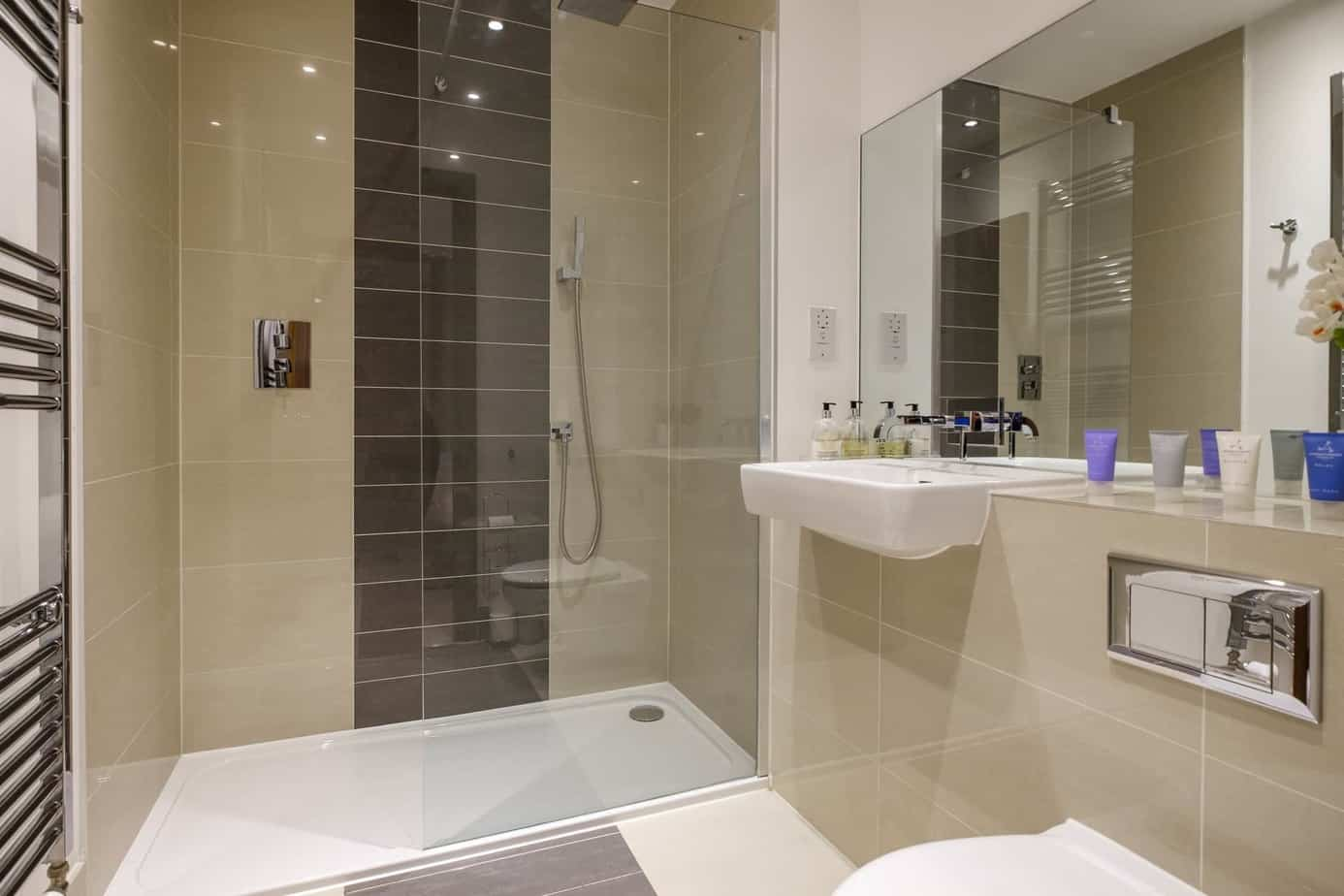 Tailored Stays Flamsteed Duplex Apartment cambridge serviced apartment master bathroom