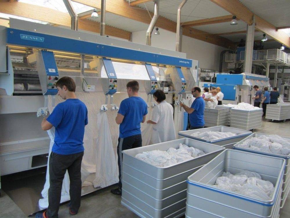 Wäscherei-Mitarbeiter-Leintücher
