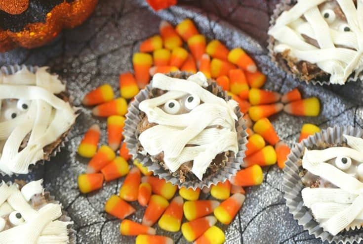 Halloween party on the horizon? These Mummy Bread Cinnamon Sugar Pull-Apart Muffins are easy, delicious and hauntingly fun. These monkey bread muffins will be a huge hit!