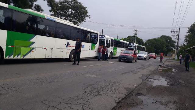 Protesto contra atrasado e superlotação de ônibus em Pinheiral