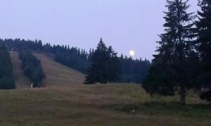 Luna aproape plină deasupra pârtiei