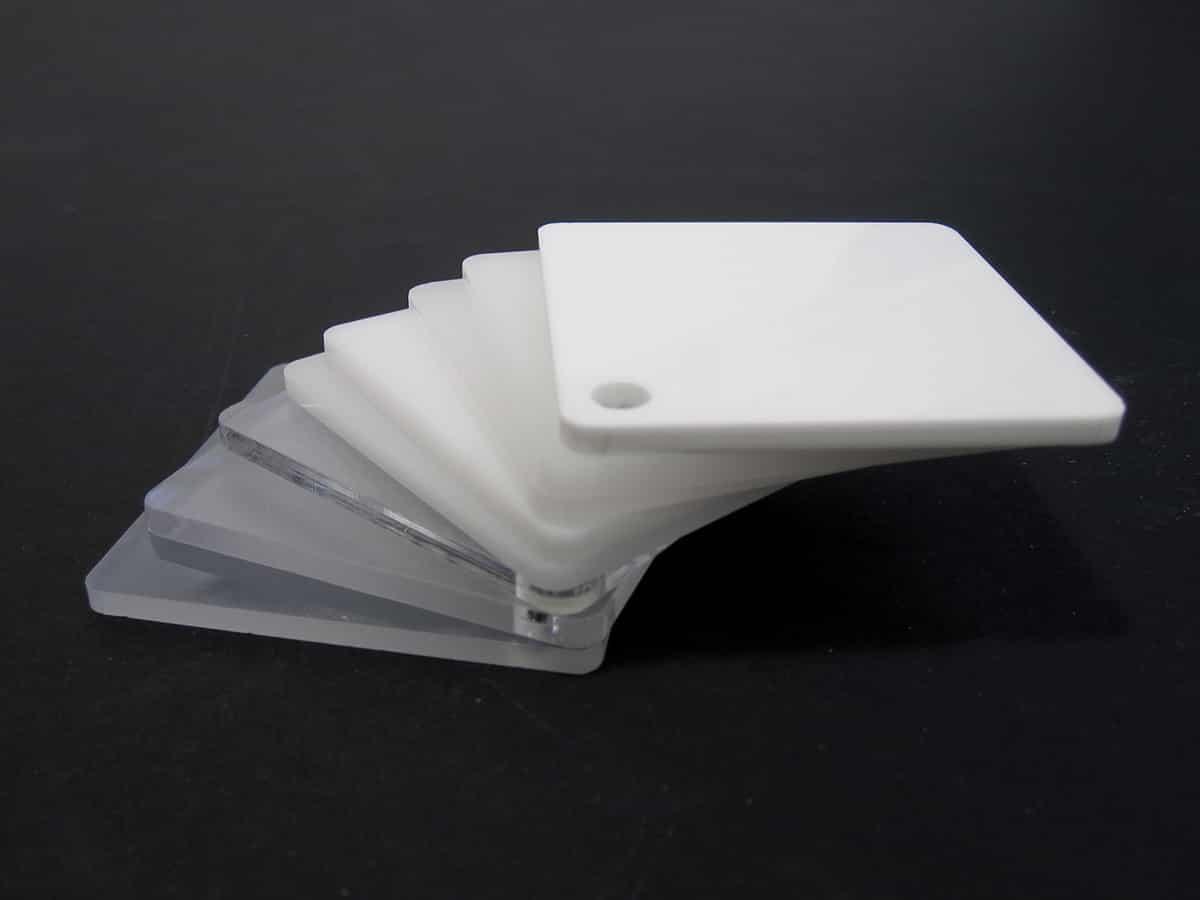 Nuancier de plexiglas transparents, fumés et blancs