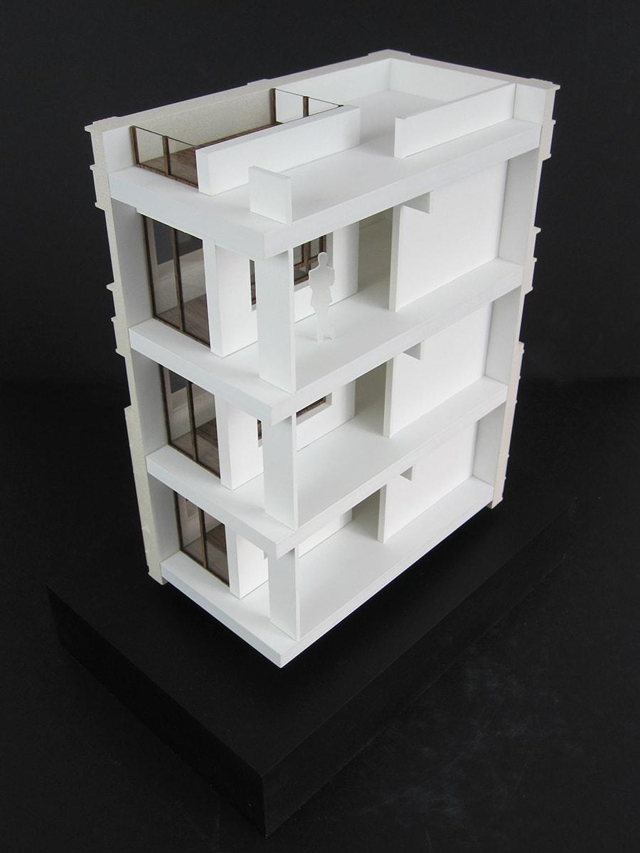 Maquette couleur d'une coupe d'un immeuble de logements et commerces à Paris 13 par Antonini architecte & associés