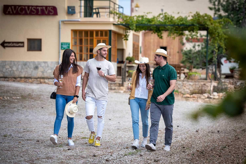 Imatge de persones participant en una visita d'enoturisme a Cellers Avgvstvs Forvm