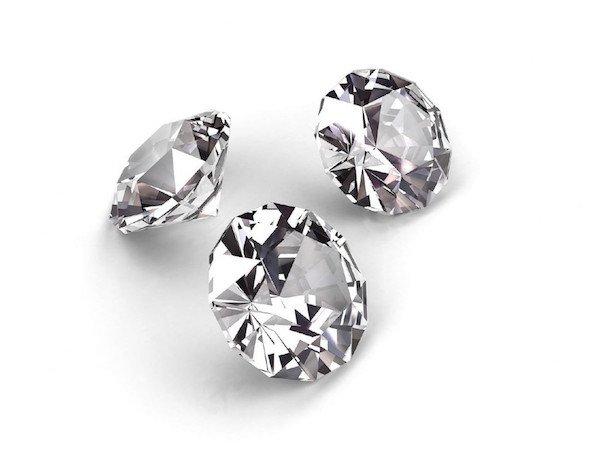 Auswahl eines perfekten Diamanten - 3 Diamanten mit Brillant-Schliff auf weißem Hintergrund
