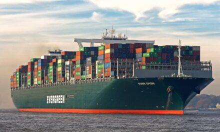 Un gigantesco buque carguero encalla en el canal de Suez y bloquea el tránsito marítimo en ambas direcciones