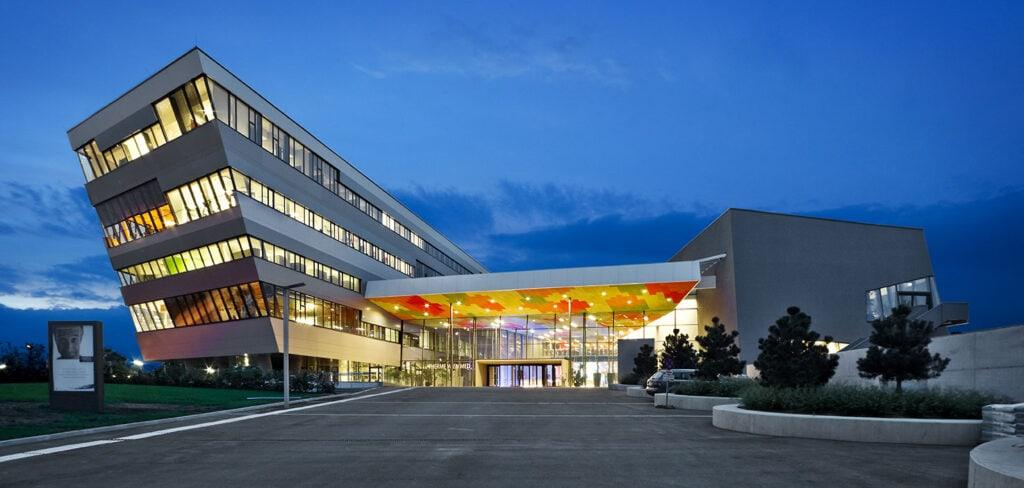 Blick auf den Eingangsbereich der Therme Wien und des angeschlossenen Wahlärztezentrums