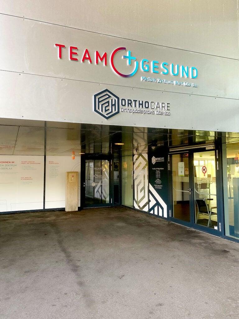 Eingangsbereich des Team Gesund Medizin Zentrum direkt neben der Therme Wien.