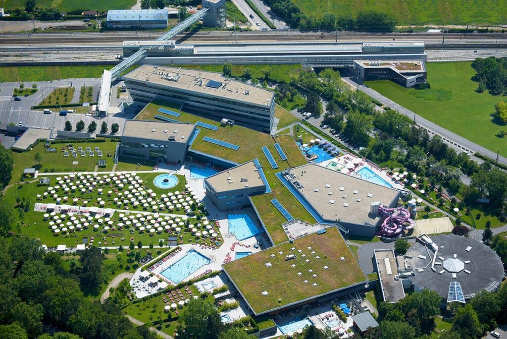 Blick aus der Luft auf die Therme Wien