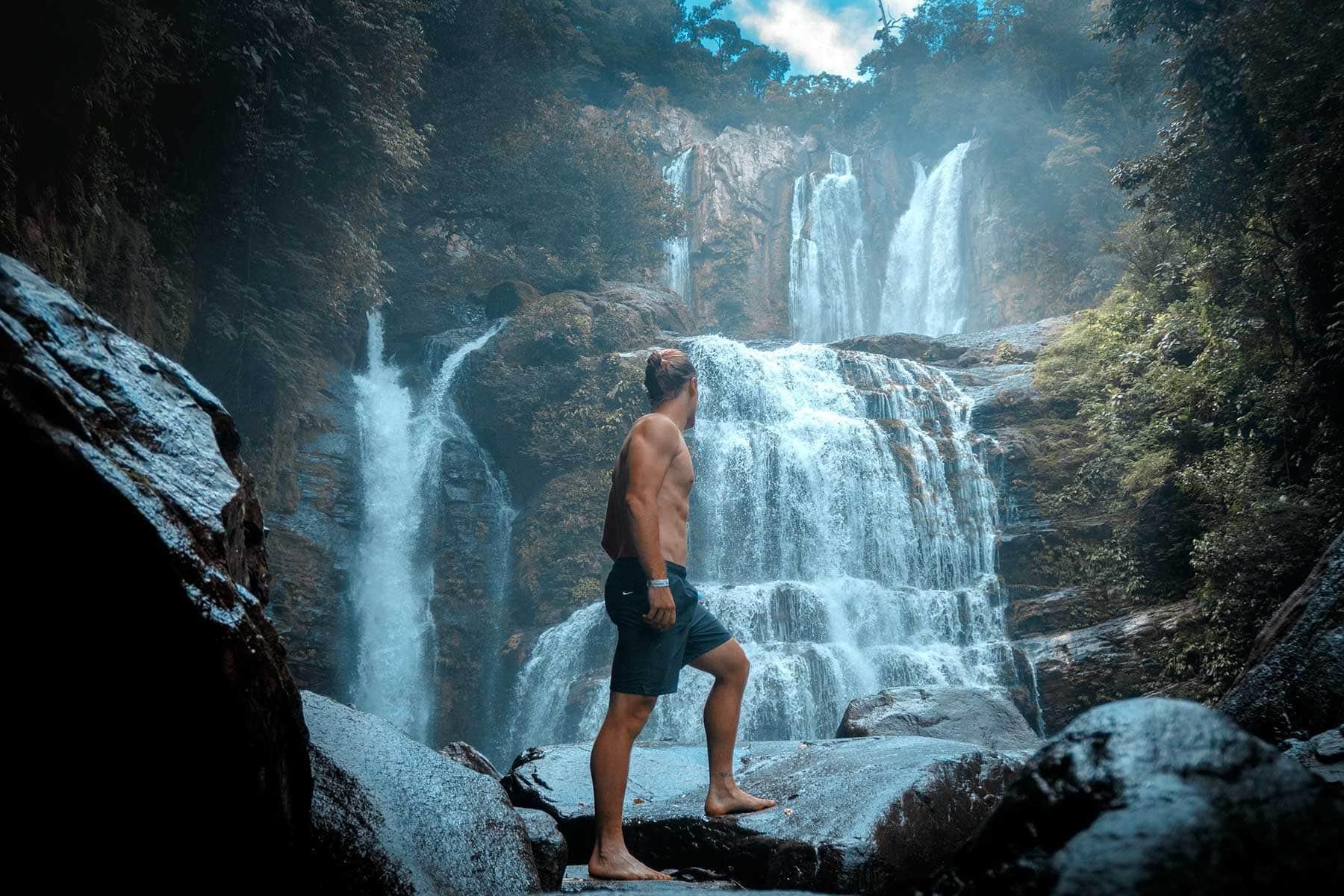 Resor-till-Costa-Rica-med-Nygren-&-Lind-Resebyrå---kille-i-vattenfall