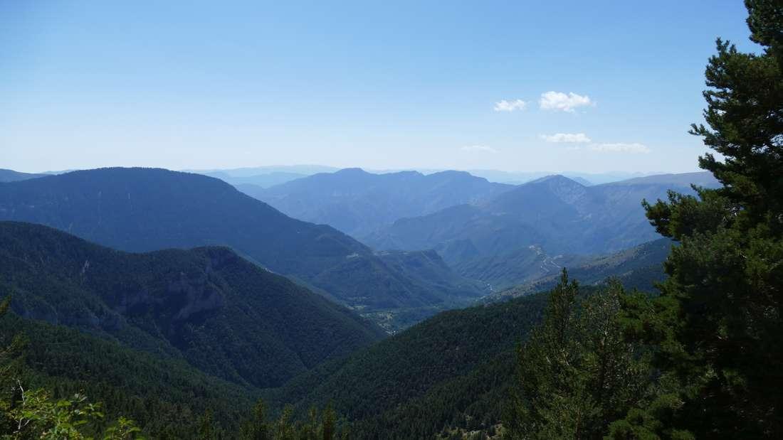 Blick auf halber Höhe zu Lac Millefonts ins Tal nach Valdeblore