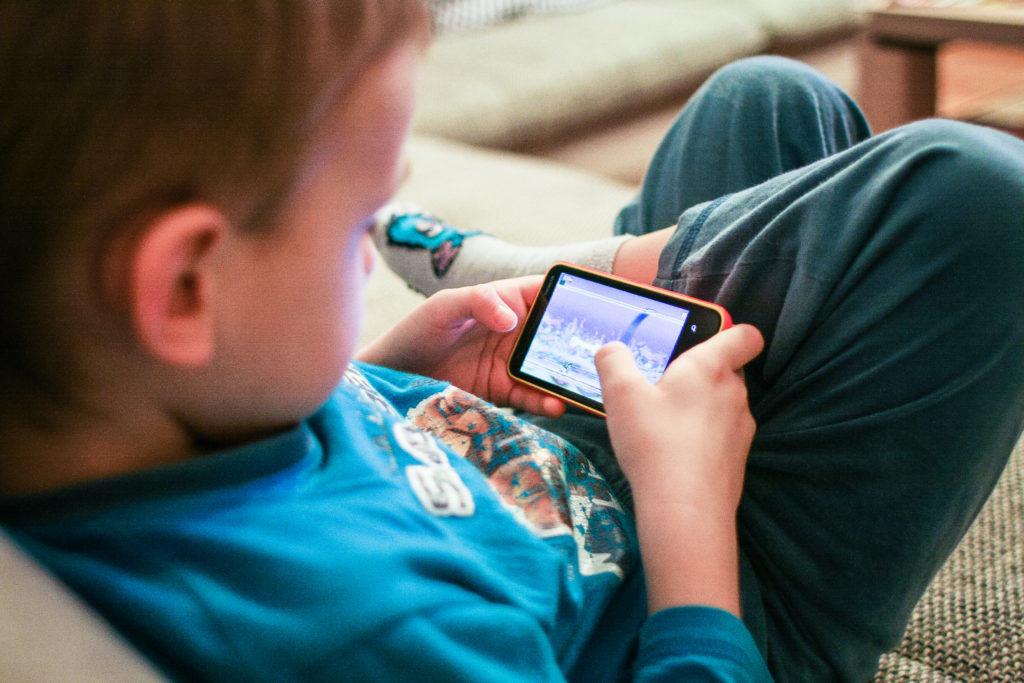 kids-like-mobile-games-picjumbo-com