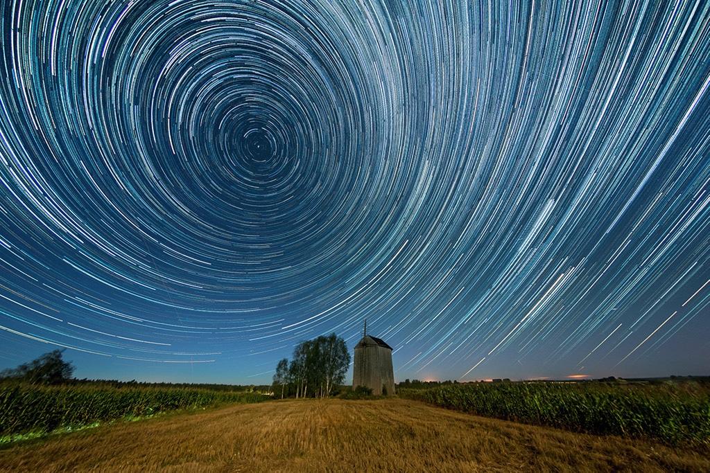 Obraz przedstawiający, jak fotografować gwiazdy i szlaki gwiazd.
