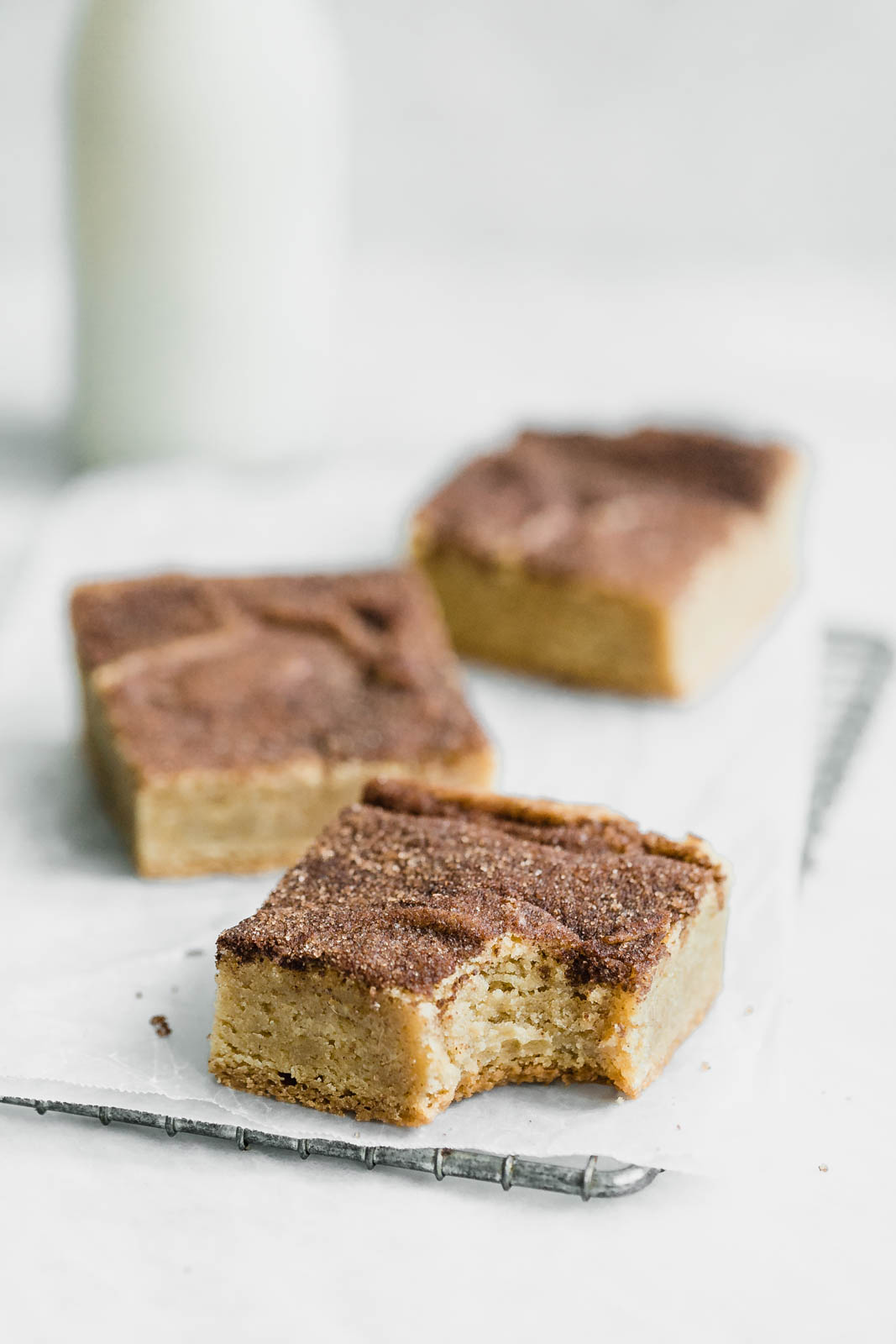 Forget snickerdoodle cookies, these chewy Bourbon Snickerdoodle Blondies are where it's at! Plus, they're boozy :)