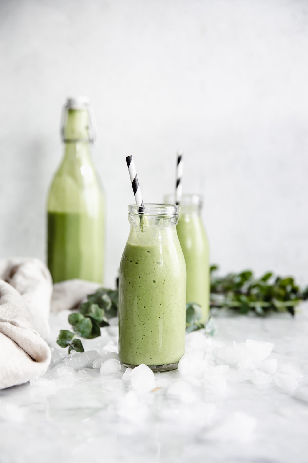 This easy green smoothie recipe tastes good AND is good for you. Start your morning off right with with this protein packed green smoothie.