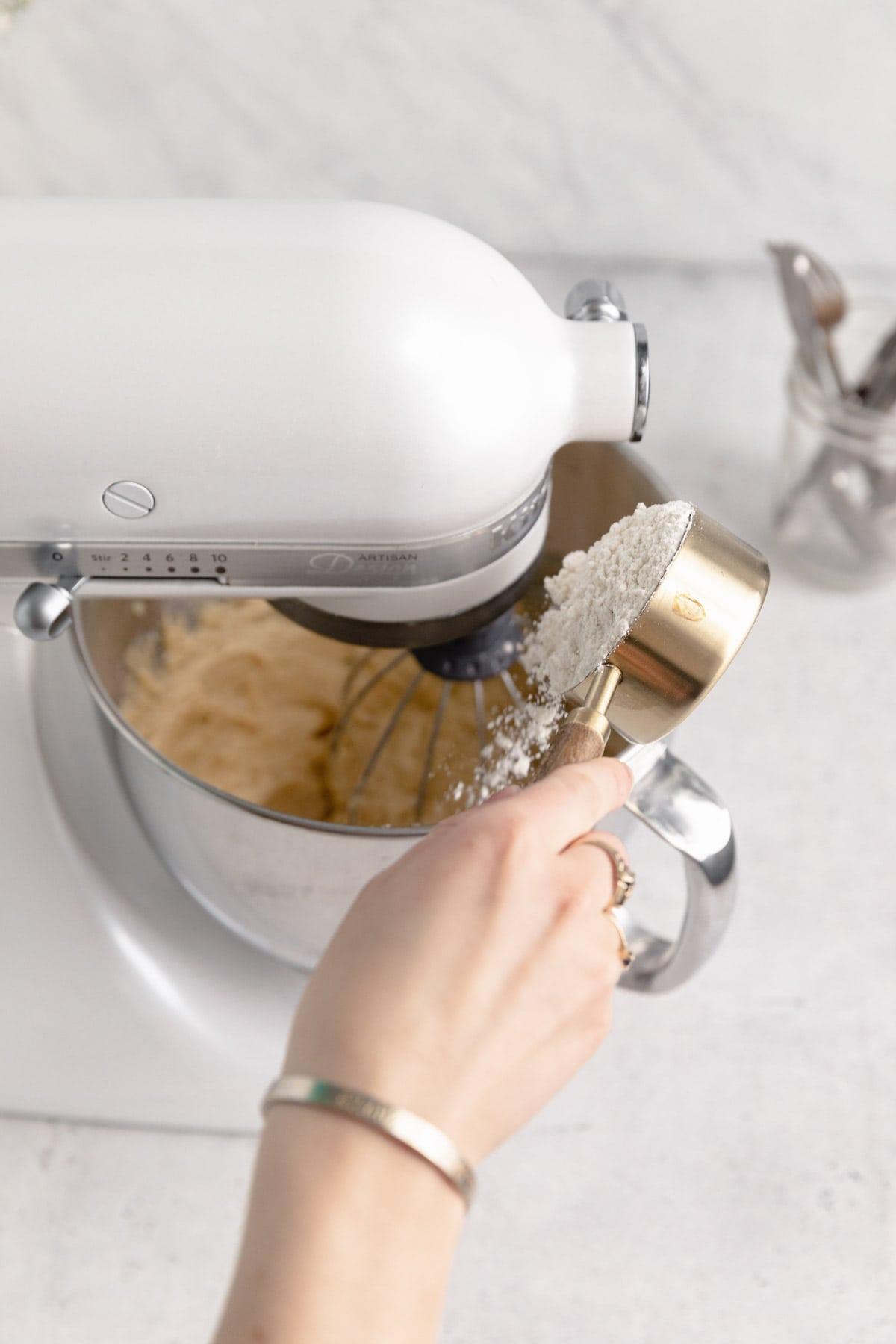 farine entrant dans le mélangeur