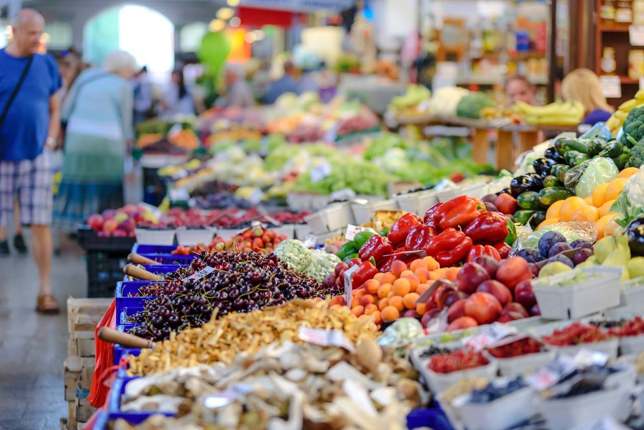 Stoisko z warzywami i owocami w supermarkecie
