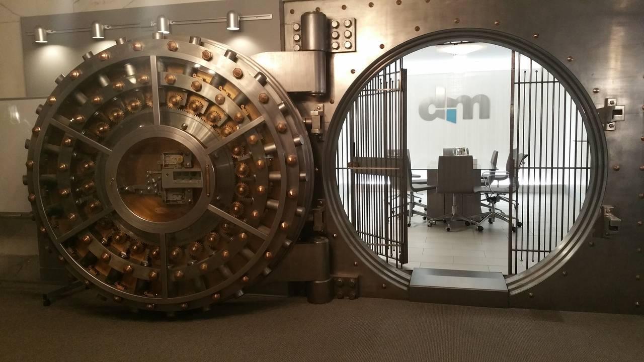 Otwarty sejf symbolizujący ochronę naszych depozytów przez Bankowy Fundusz Gwarancyjny