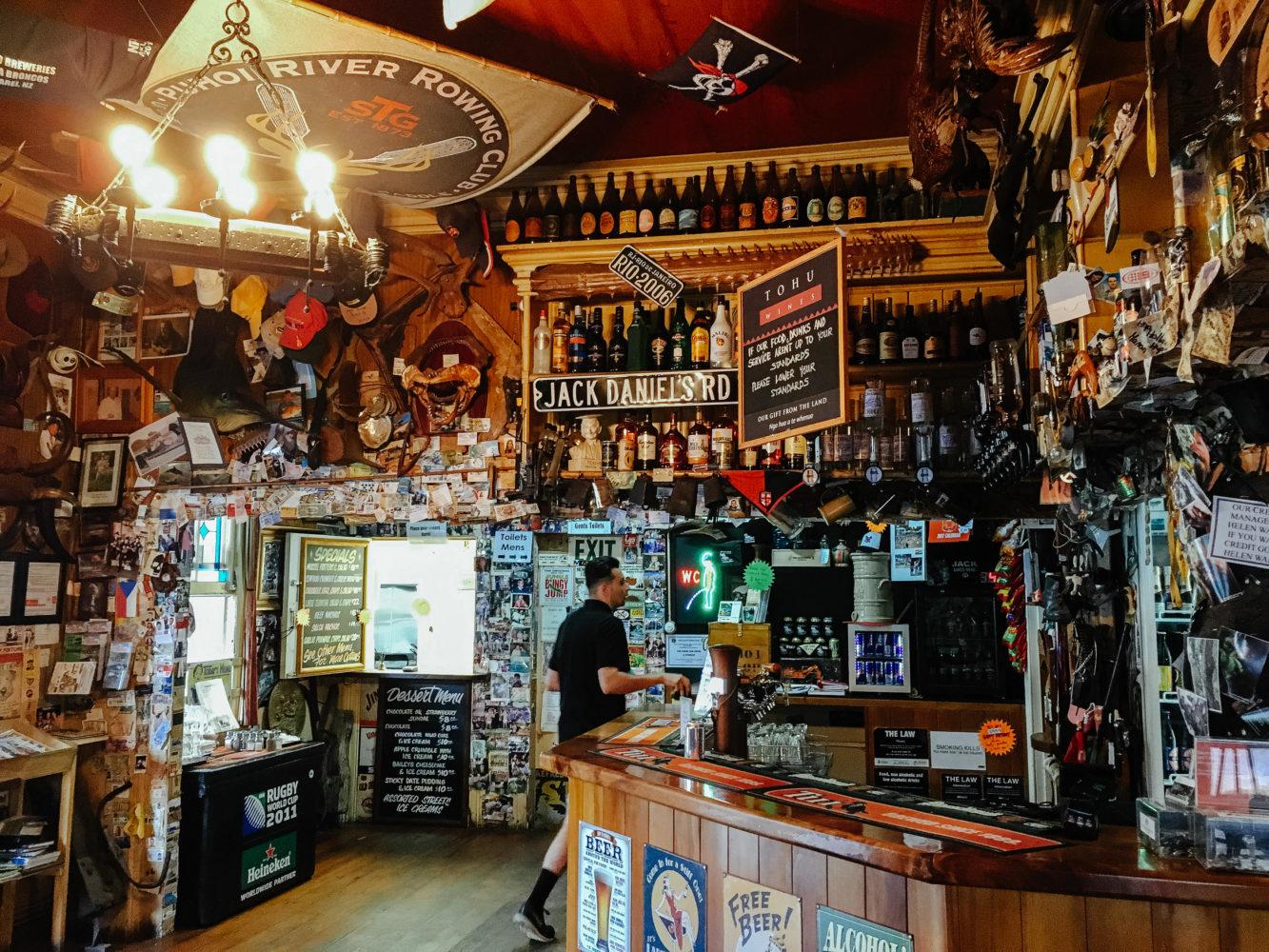 Innenraum eines Pubs mit vielen Gegenständen an der Wand