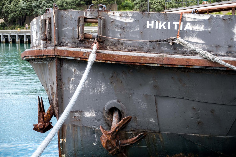 Schiffsbug mit rostigen Ankern in Wellington